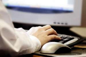Eine Hand tippt auf einer Tastatur