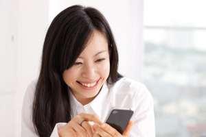 Junge Frau mit dem neuen Iphone