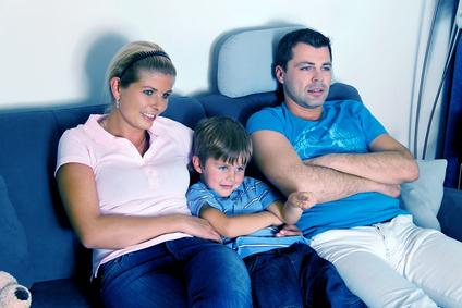 Familie beim Fernsehen mit Satellit