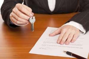 Immobilienmarkler übergibt den Hausschlüssel