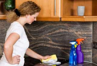 Hausfrau putzt die Küche