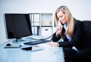 Junge Frau arbeitet am Telefon