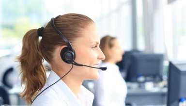 Junge Frau telefoniert mit Headset