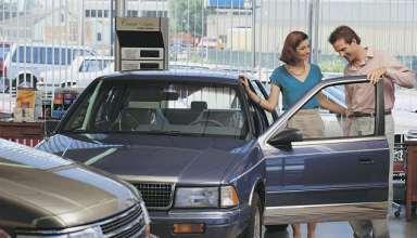 Paar schaut sich Auto an