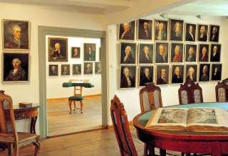 """In seinem """"Freundschaftstempel"""" hat der Dichter Johann Wilhelm Ludwig Gleim die Porträts seiner Brieffreunde gesammelt. Foto: djd/Halberstadt Information/U.Schrader"""