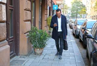 """Mal eben unterwegs die Energiekosten überprüfen: kein Problem dank mobiler Apps wie """"SmartCheck"""". Foto: djd/E.ON"""