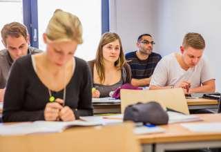 In den regionalen Studienzentren werden die Lehrinhalte unter Anleitung erfahrener Hochschullehrer vertieft, diskutiert und in Übungen angewandt. Foto: djd/HFH Hamburger Fern-Hochschule/Milena Schlösser