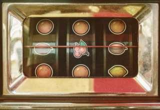 """Der """"Monarch"""" und sein Arbeitsgerät, der Mint-Geldspielautomat"""